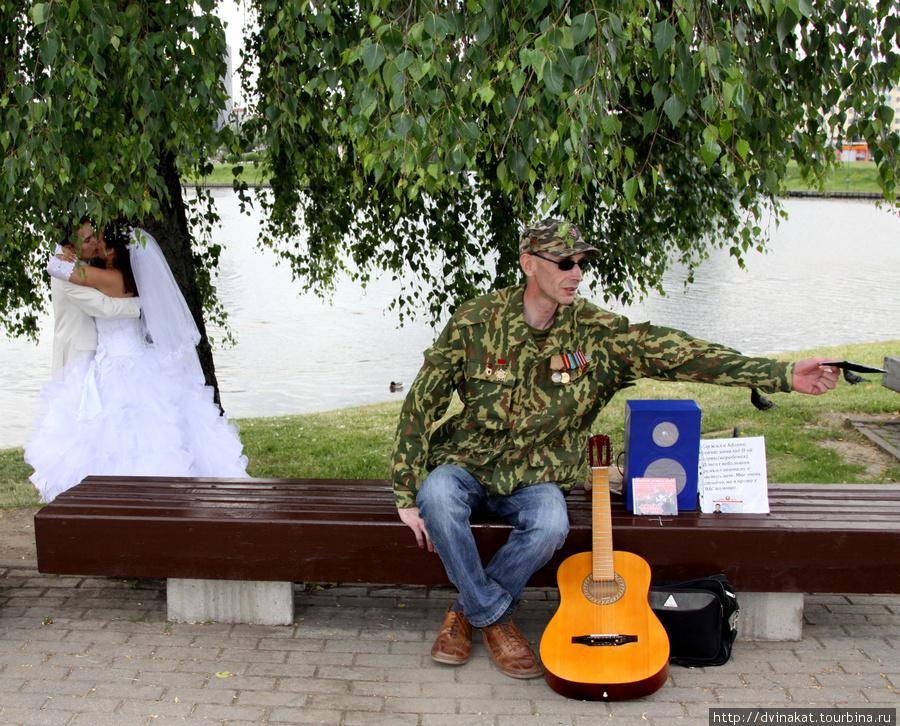 На том же острове сидит и играет  для молодоженов афганец. Нам он подарил свой диск с песнями...