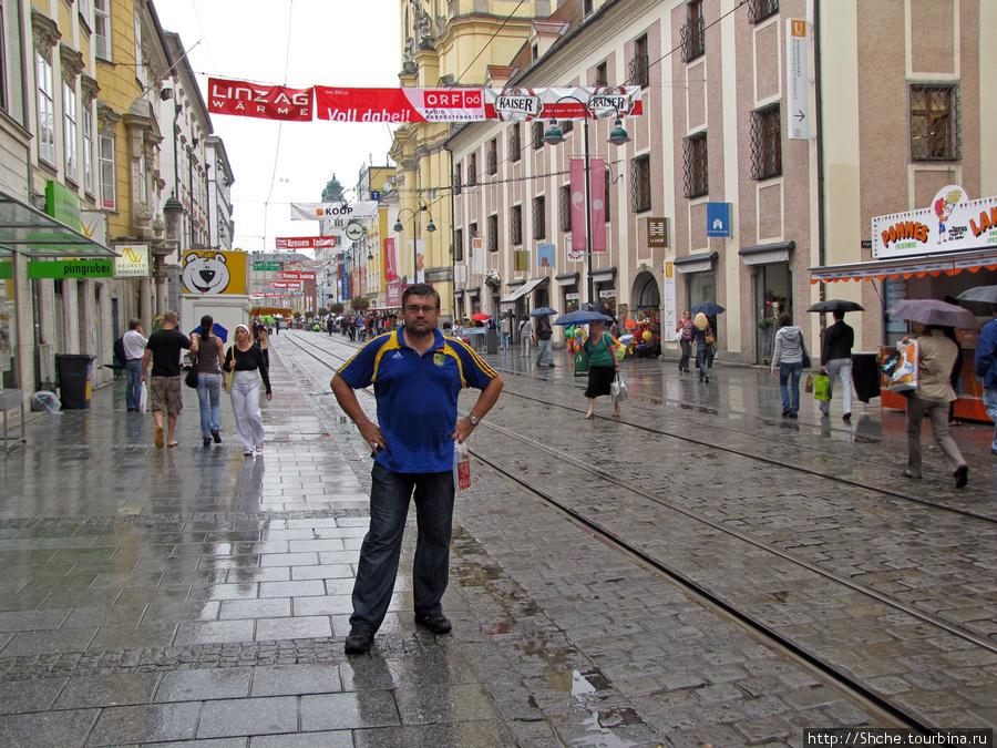 Вышли на пешеходную улицу ( по которой не стесняются ездить трамваи). Дождь, однако