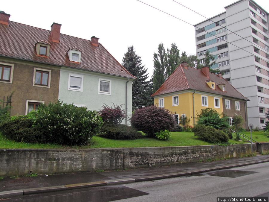 В жилых районах обратили на себя внимание эти дома — вроде единое целое, но четко прослеживается деление на 2 хозяина