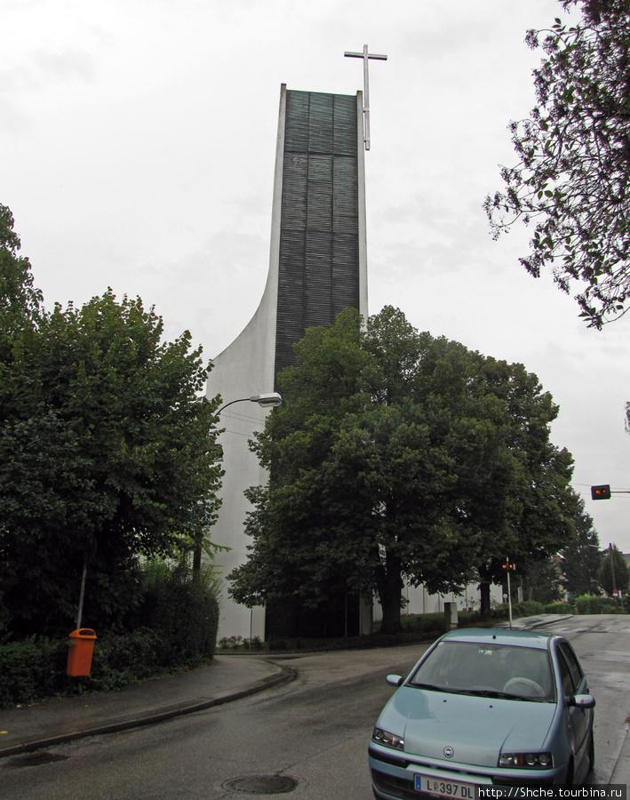 Здесь и церковь современная, и мне понравилась, хоть я более к старине тяготею...