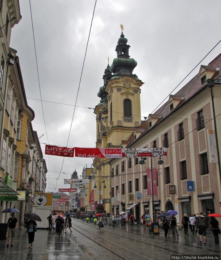 Виднеется  Ursulinenkirche. Рядом снять не удалось — улица узкая, не помещается, а в середине — пожалуйста
