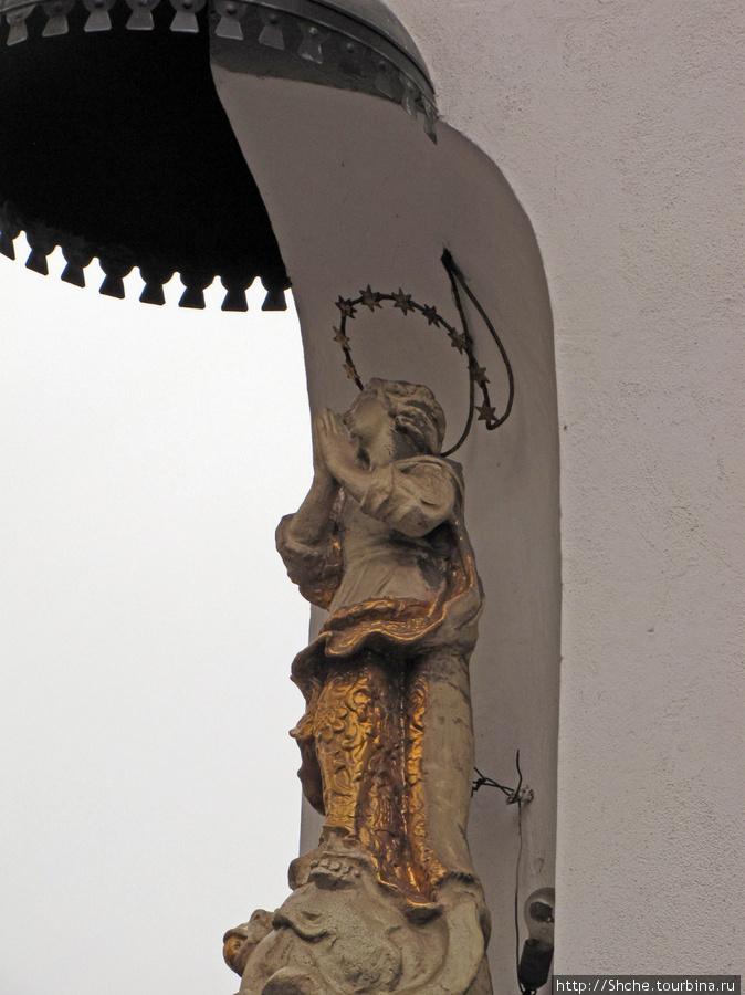 меня умиляют Девы Марии на фасадах в католических странах
