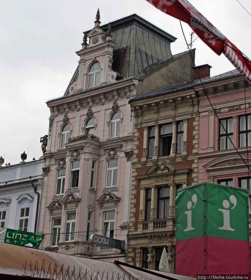 Площадь Hauptplatz. Здесь вчера вечером шел фестиваль, а к полудню осталась только сцена и инфоцентр (закрытый)
