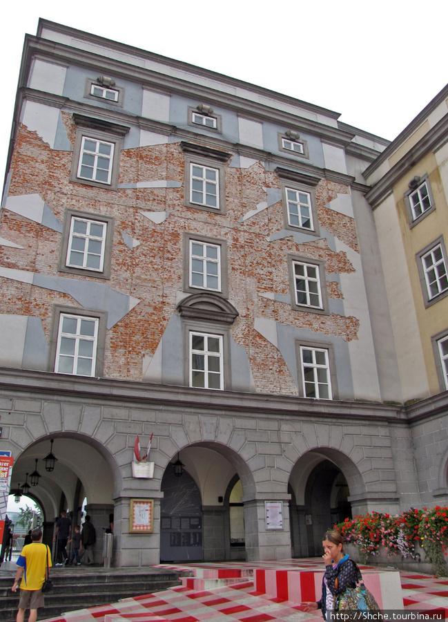 Почему так поштукатурено это здание для меня осталось загадкой. Может и где написано, но языками не владеем...