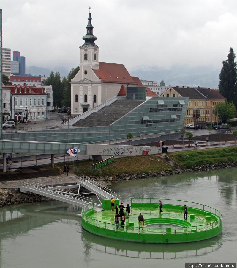 австрийцы создали оригинальную возможность купаться — понтон с двумя мостиками и посредине отверстие с трапами для входа в воду.