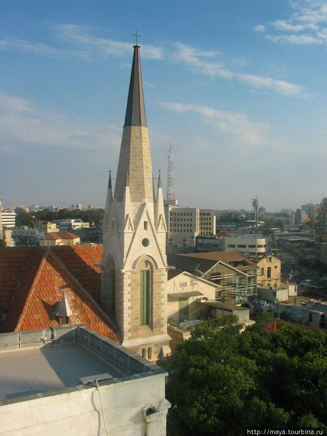 Вид на колокольню церкви Эммануэль с крышы Бейт-Эммануэль