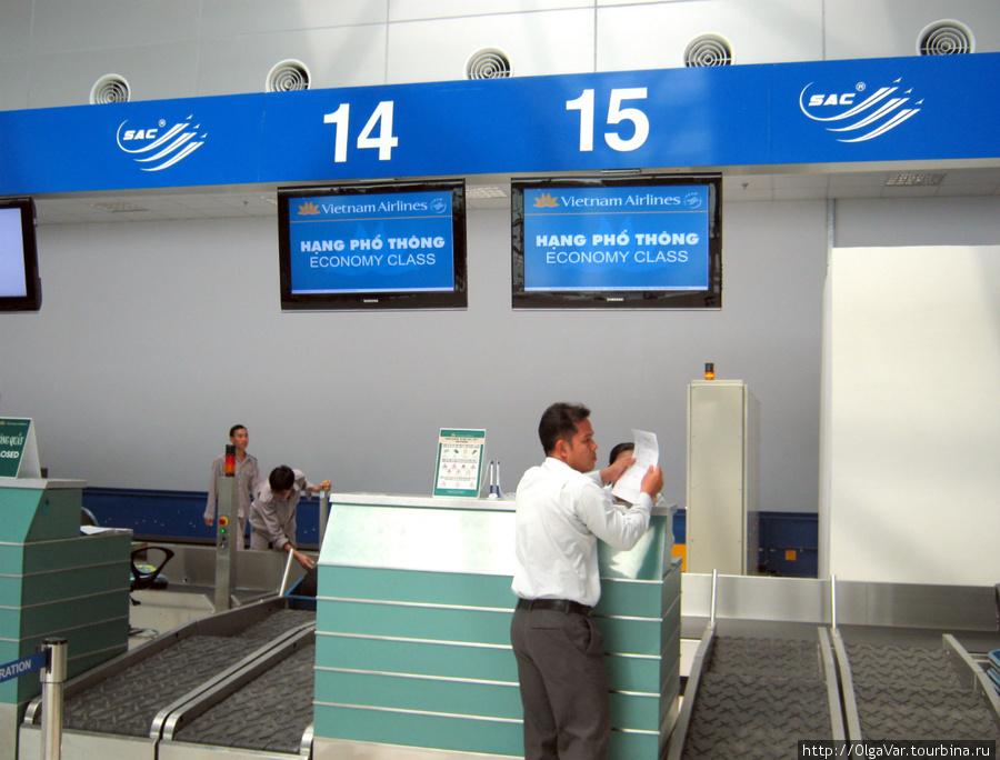 У регистрационной стойки. Рейс еще не объявлен