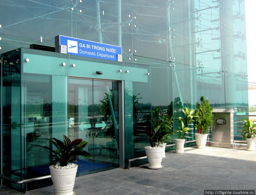 Вход в терминал местных авиаперелетов