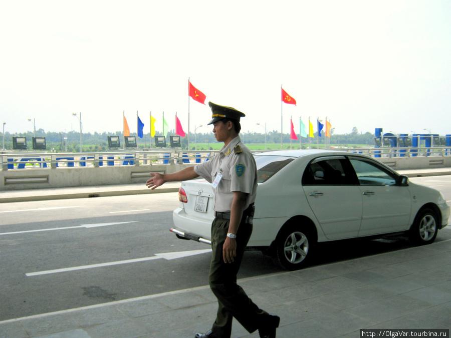 Перед входом маячил лишь полицейский, ответственно исполнявший свои обязанности
