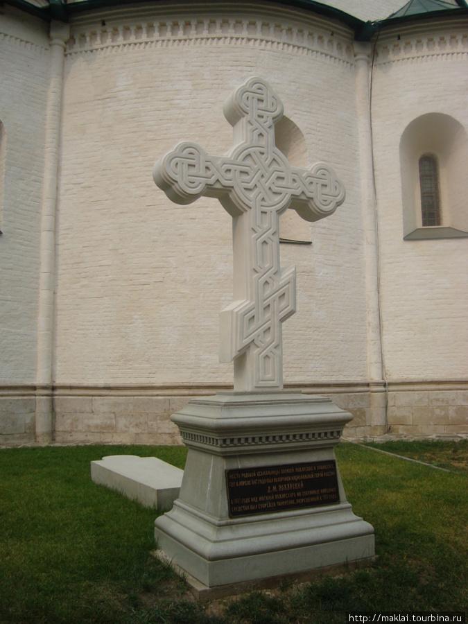 Суздаль. Спасо-Ефимьевский монастырь. Могильный крест Д.Пожарского.