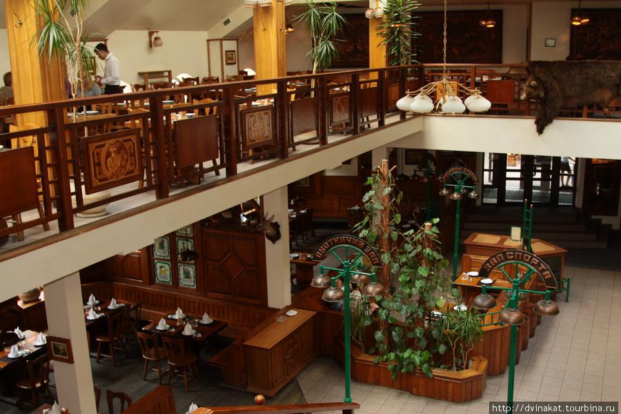 2 этажа и несколько залов (пивной и охотничий с одной стороны)