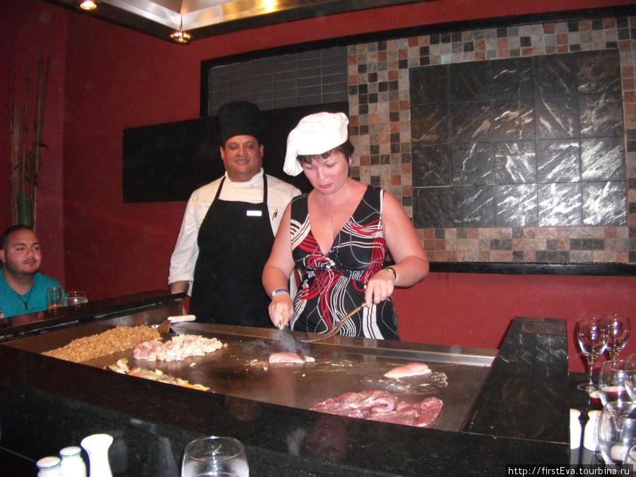 японский ресторанчик. Я  в качестве поваренка. Мне доверили порезать курицу :-)