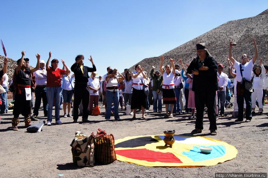 21 марта 2010 года на руинах Теотиуакана народу просто немерено и многие играют в индейцев