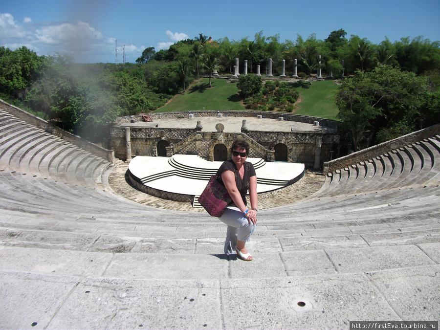 Действующий амфитеатр в городке художников Альтос де Чавон.