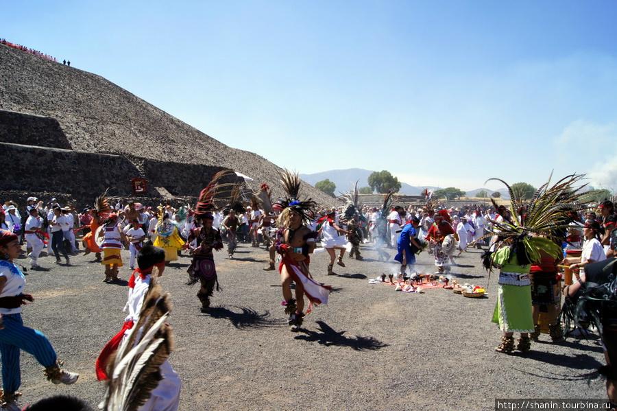 21 марта 2010 года на руинах Теотиуакана народу просто немерено