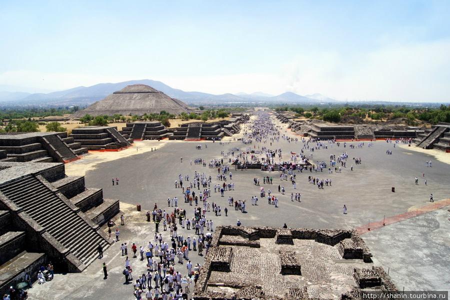 Вид с пирамиды Луны на Дорогу мертвых и пирамиду Солнца