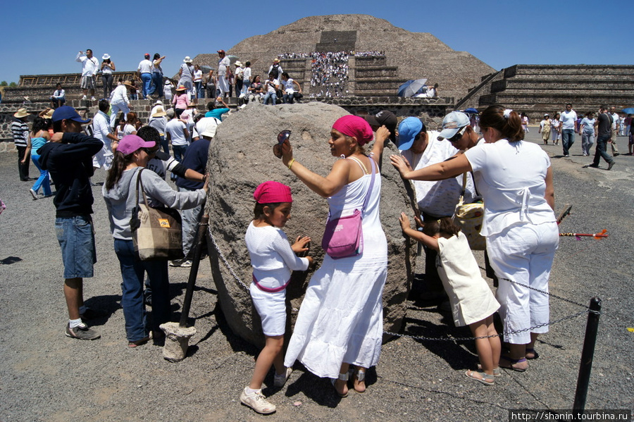 Священный камень у пирамиды Луны
