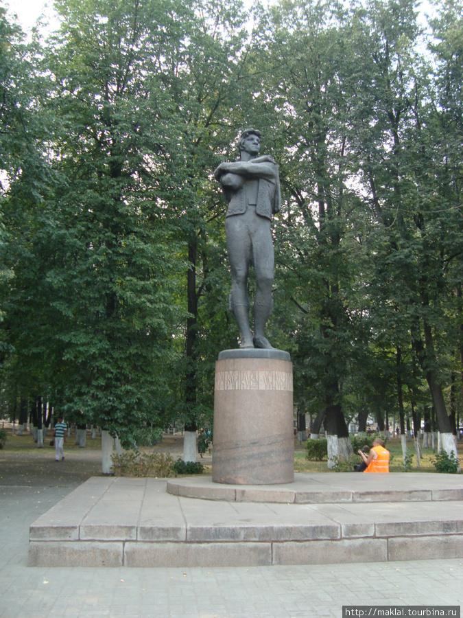Ярославль. Памятник Ф.Волкову- основателю русского общедоступного театра.