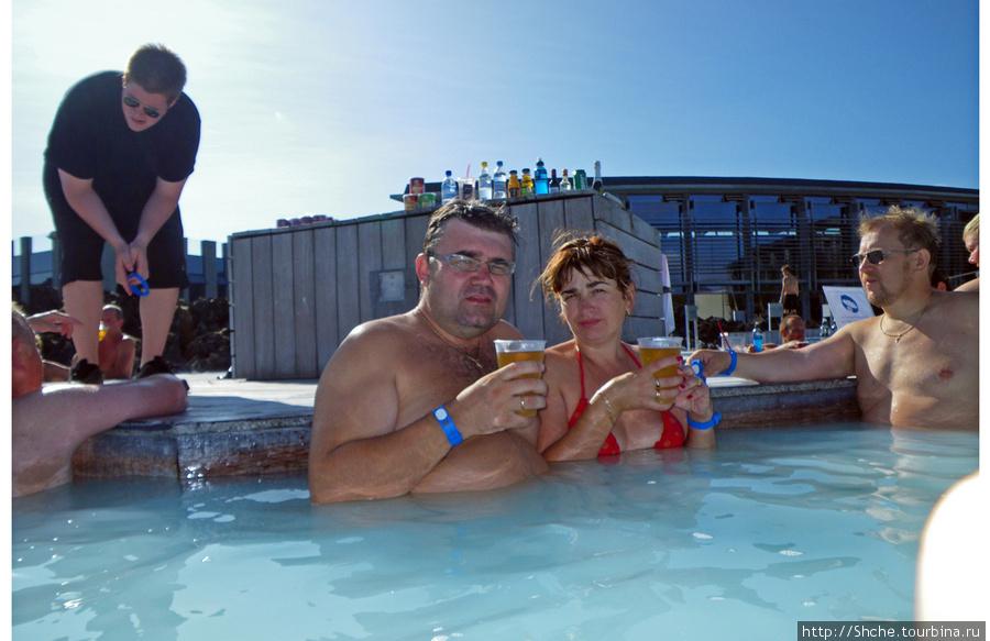 На берегу деревянный помост с баром, где бармен подает вам прямо в воду пиво