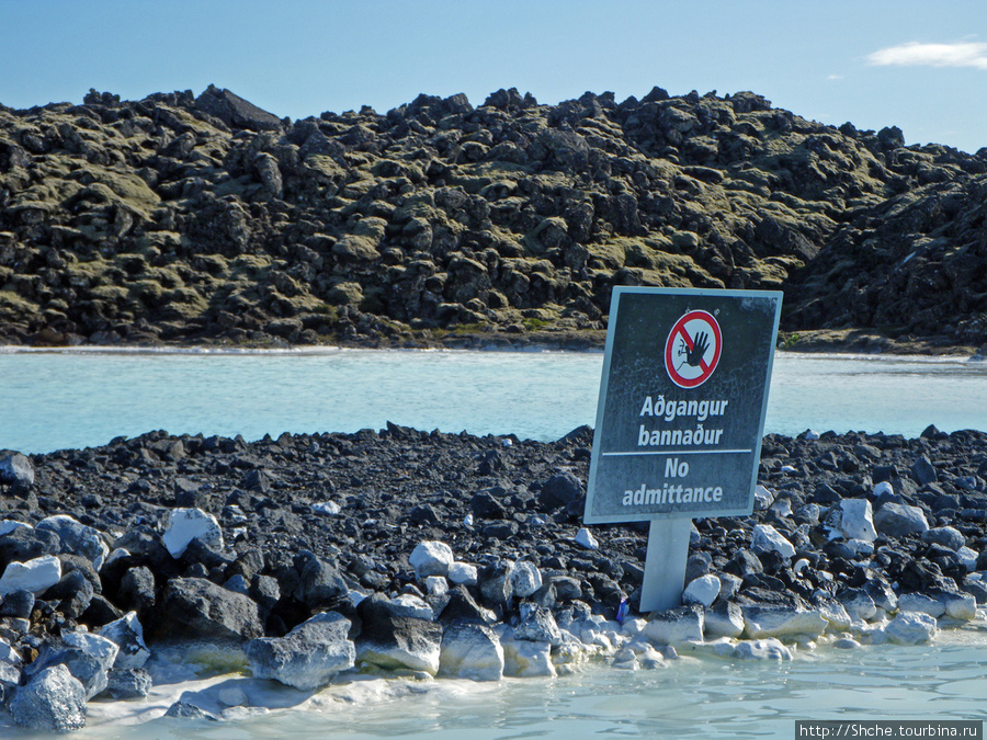 На краях водоема весят предупреждения об опасности выхода на берега, но там не возникает даже желания — лава у берегов имеет острые края, босиком не походишь