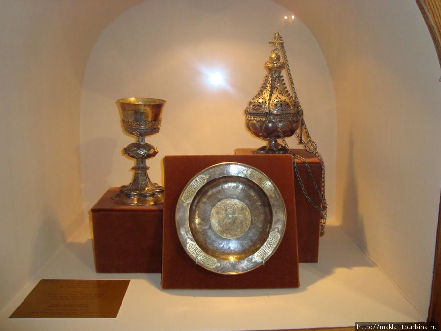 Кострома. Экспозиция выставки. Церковная утварь.