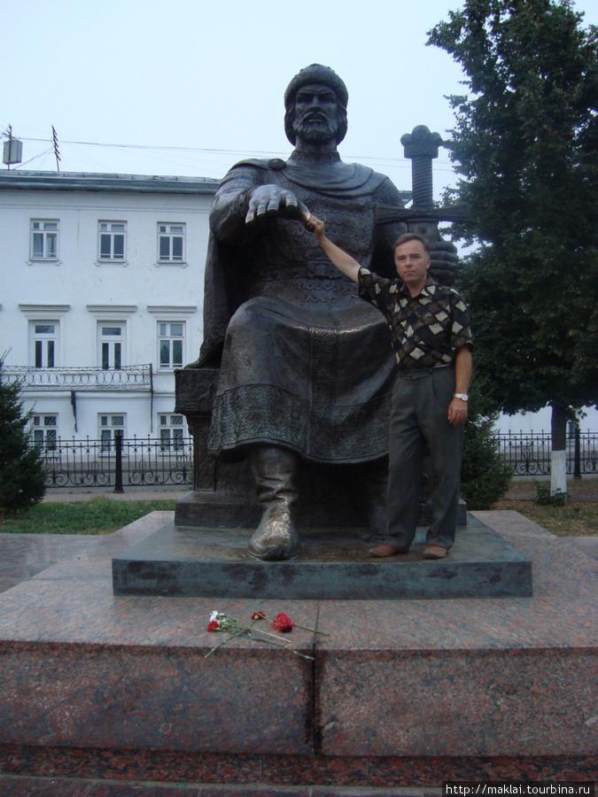 Кострома. Памятник Ю.Долг
