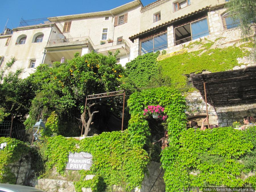 Вид на отель со стороны крепостной стены, вход в ресторан отеля