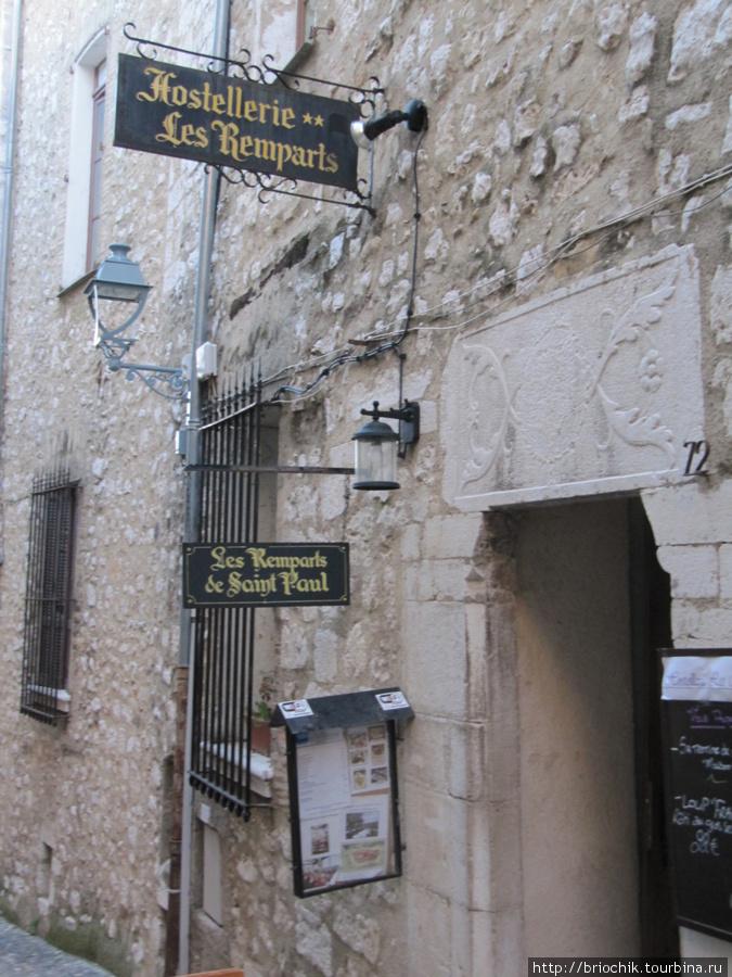 Вход в отель со стороны города