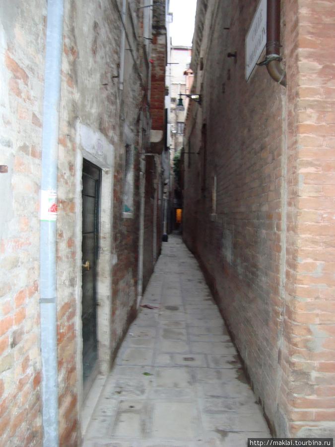Венеция. На такой улице- не развернёшься!