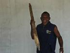 В руках у аборигена не оружие, как может показаться многим, и он даже не спешит меня убивать.