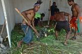 Но папуасы подбадривали друг друга племенными кличами и не вешали носа.