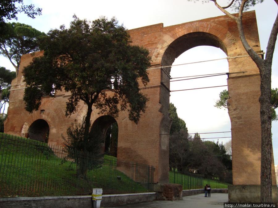 Рим. Фрагмент древнего акведука.