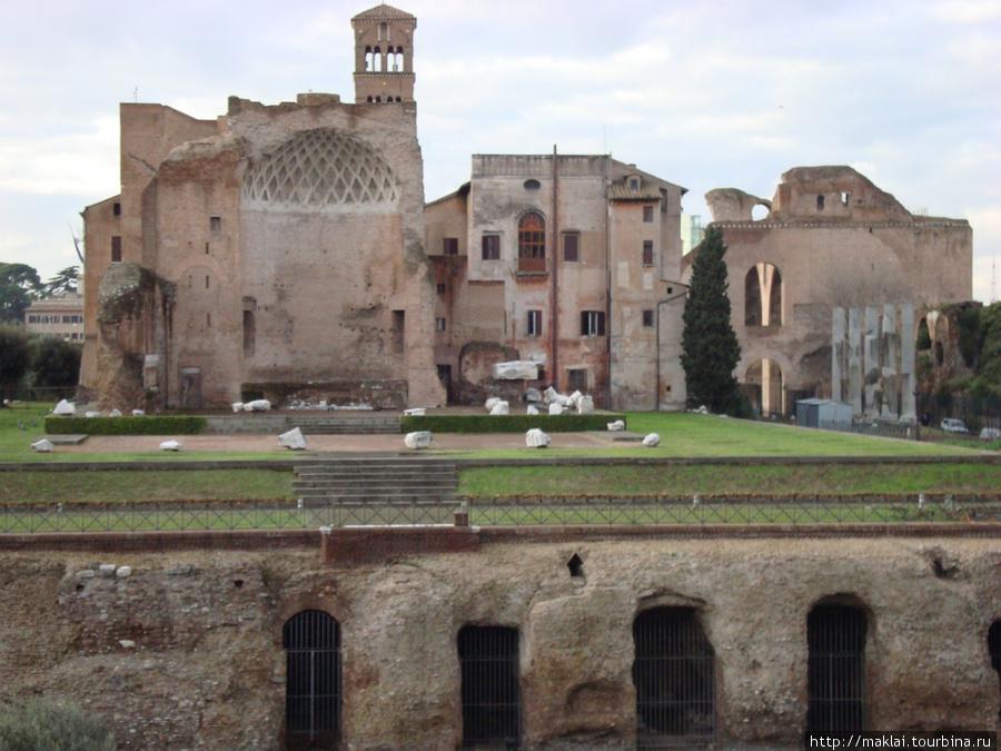 Рим. Вид на Палатинский холм с Колизея.