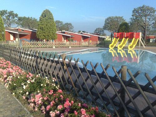 Это всё там-же в кемпинге. Там две зоны бассейнов. И куча спортплощадок.
