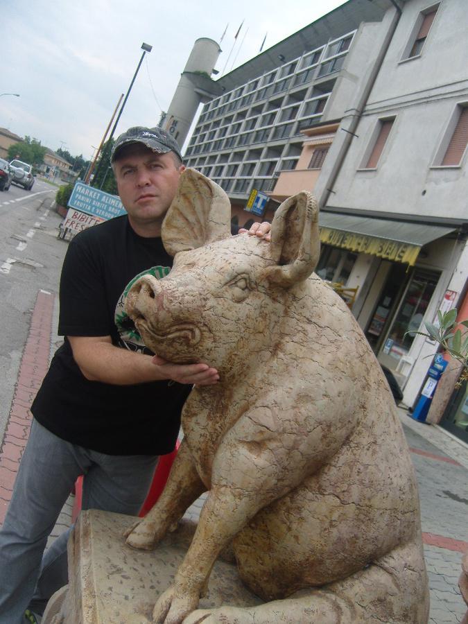Вот мраморный свин. Памятник от благодарных любителей прошуто. Я тоже выразил своё почтение.