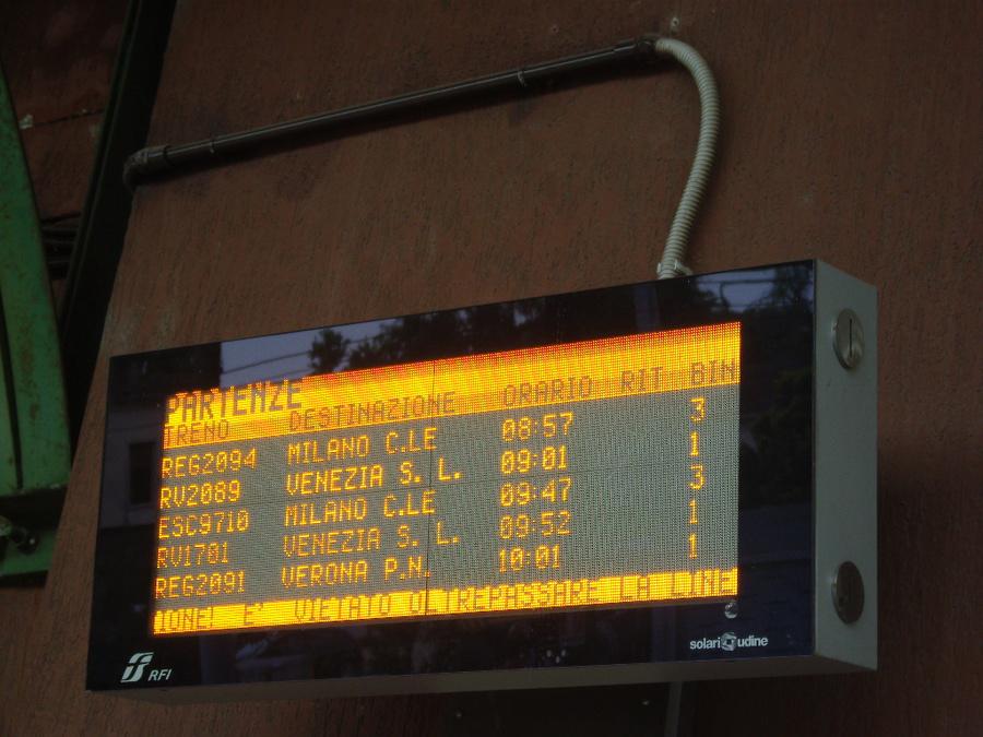 Из Пескьеры в любом направлении ехать всё равно в сказочные горда приедете. На вокзальном табло Милан, Венеця и Верона.