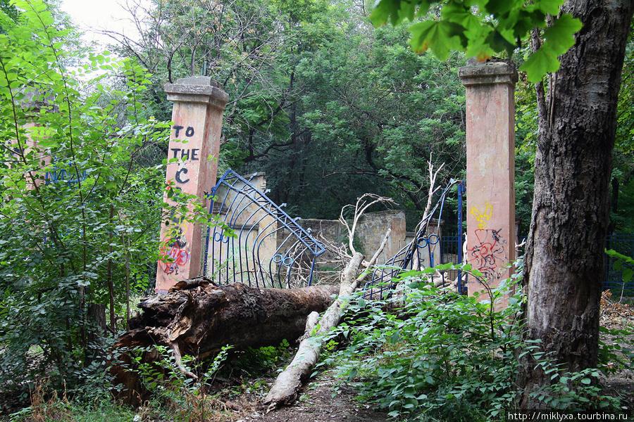 так выглядит один из старинных парков Одессы, вдали от туристических маршрутов :(
