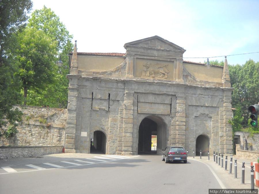 Вид на ворота. Раньше перед ними был подвесной мост