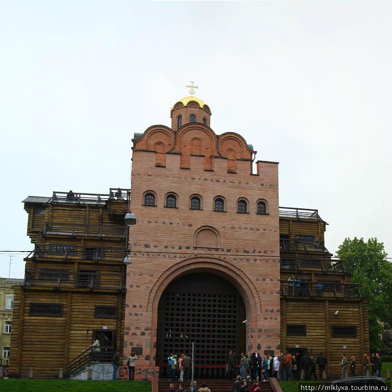 Золотые ворота. Это один из древнейших памятников истории, архитектуры и фортификационной техники, остатки которой дошли до нашего времени. Как известно, Ярослав Мудрый окружил Верхний город мощными оборонными укреплениями, которые имели трое ворот.