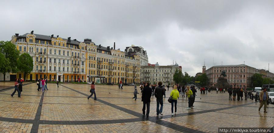 Софийская площадь (Киев)  По преданию, на месте Софийской площади, которая была полем близ городских стен, Ярослав Мудрый в 1036 году разгромил печенегов, после чего построил на этом месте Собор святой Софии, а площадь перед ним назвал Софийской.
