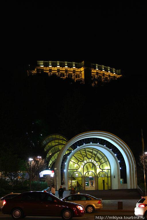 Киевский фуникулёр — наклонная железная дорога, соединяющая возвышенную часть города с Подолом. Сооружен в 1902-1905 годах по проекту инженера Н.К. Пятницкого и Н. И. Барышникова. Идея инженера А. А. Абрагамсона.