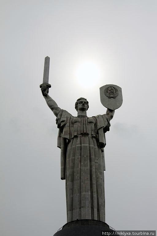Родина-Мать  Идея соорудить на склонах Днепра грандиозный комплекс Победы появилась еще в середине 1960-х годов. Национальный музей истории Великой Отечественной войны 1941-1945 годов был открыт 9 мая 1981 г.