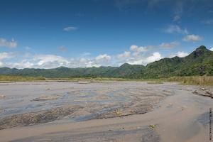 Вода в речке невероятно теплая, но это не из за того, что течет она с вулкана, а потому что она очень мелкая  и нагревается от солнца