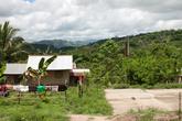 Примерно через час пути мы пришли в первую деревню. Как нам сказал проводник, тут аэта не так много, а вот следующая практически полностью населена этими людьми Кстати, заметьте,  что тут есть баскетбольная площадка. Баскетбол — любимая игра филиппинцев.
