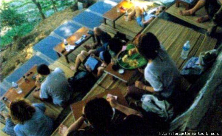 люди кушают в Mango Tree, фото из журнала Outlook