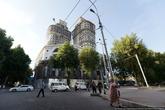 До самолета оставалось 2 часа, и я взял такси. Сам город очень понравился, напоминает ВВЦ — советская кичевая классика, щедро разбавленная безвкусной рекламной и многочисленными шашлычными и пивными. На фото новый ЖК, самое высокое здание.