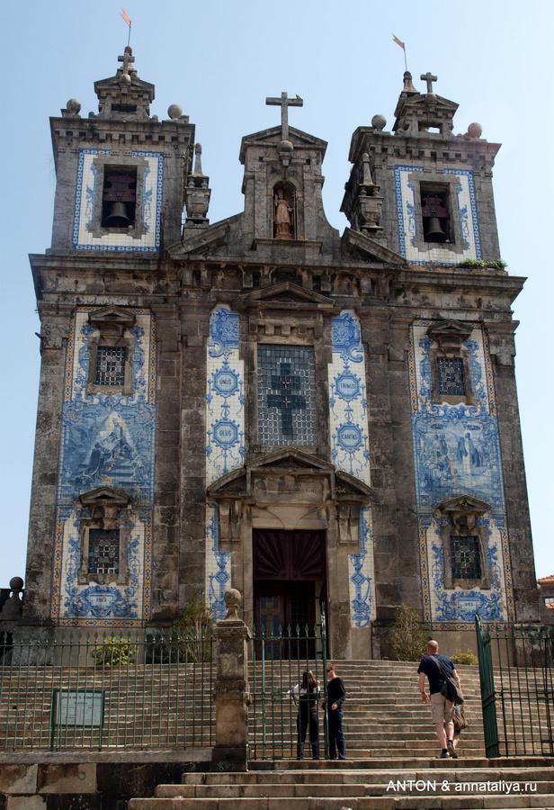 Фасад церкви Санту-Илдефонсу