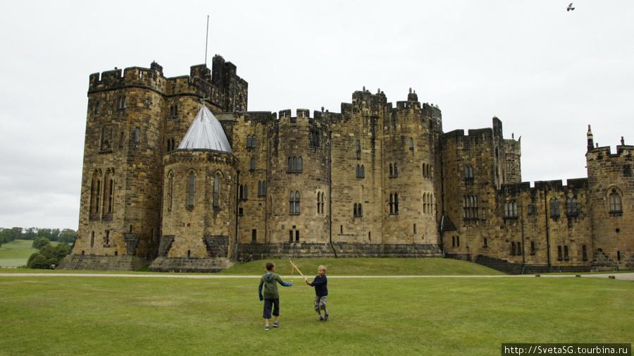 Здесь снимались некоторые сцены Гарри Поттера, в частности на этой поляне они учились летать на метлах.