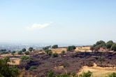 В зоне археологических раскопок Какаштла — с видом на вулкан