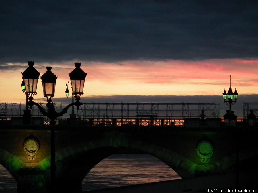 Зеленая подсветка моста.